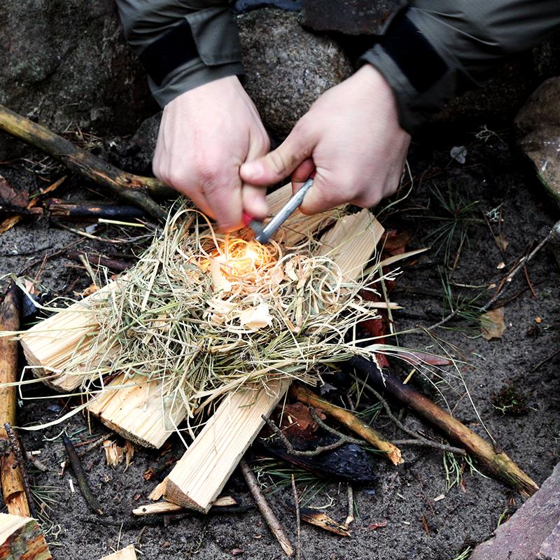 Traditionelles Feuer machen